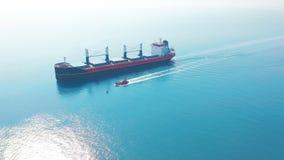 VISTA A?REA: Voo sobre navio maci?o mover-se enchido no mar quieto Carga que est? sendo movida pela grande carga internacional filme