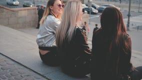 Vista reale del viale della città delle signore di sostegno di amicizia video d archivio