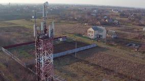 Vista redonda da torre do telefone celular perto da vila, trabalhador da manutenção que presta serviços de manutenção à antena ce vídeos de arquivo