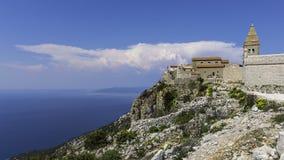 Vista regional à Croácia de Lubenice da vila imagem de stock
