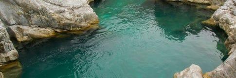 Vista regional da água do rio pura de turquesa e das rochas brancas Fundo natural imagem de stock royalty free