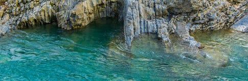 Vista regional da água do rio pura de turquesa e das rochas brancas Fundo natural fotografia de stock royalty free
