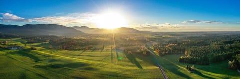 Vista regional em pouca vila em Baviera imagens de stock royalty free