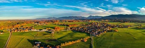 Vista regional em pouca vila em Baviera imagem de stock