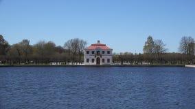 Vista reservada de la mansión cerca del agua almacen de video