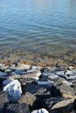 Vista rocciosa del lago Fotografie Stock Libere da Diritti