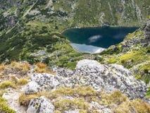 Vista rochosa ao lago bonito mais baixo Chanak em montanhas de Rila, Bulgária fotografia de stock royalty free