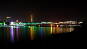 Vista romántica de la ciudad de la tonalidad en la noche imagenes de archivo
