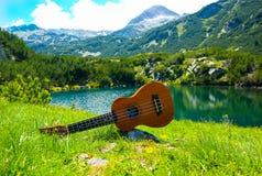 Vista romántica de la guitarra del ukelele en el verde de la naturaleza de la montaña foto de archivo libre de regalías