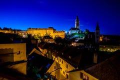 Vista romántica del castillo y de tejados de Cesky Krumlov en la noche de verano fotos de archivo