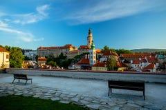 Vista romántica del castillo y del viejo centro en Cesky Krumlov con dos bancos foto de archivo