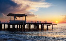Vista romántica del embarcadero en la puesta del sol usada para el mar del fondo natural Fotos de archivo libres de regalías
