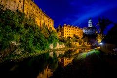 Vista romantica del castello e del fiume della Moldava in Cesky Krumlov alla notte di estate immagine stock libera da diritti