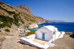 Vista romantica del paesaggio della spiaggia con la cappella su Amorgos, Grecia Fotografia Stock