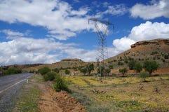 Vista rural cênico com pilão, a estrada e os montes de alta tensão perto de Avanos Turquia, Cappadocia fotos de stock