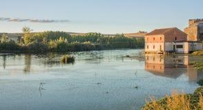 Vista rural de uma casa no rio em um por do sol Imagem de Stock Royalty Free