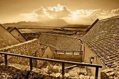 vista rurale panoramica antica della città di seppia fotografie stock