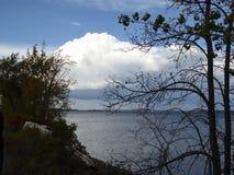 Vista rustica del lago Fotografie Stock Libere da Diritti
