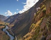 Vista sacra della valle dalla scogliera con skylodge nel telaio Immagini Stock Libere da Diritti