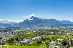 Vista a Salisburgo dal castello Hohensalzburg e dalle alpi Fotografia Stock Libera da Diritti