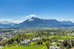 Vista a Salisburgo dal castello Hohensalzburg e dalle alpi Immagine Stock