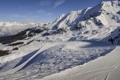 Vista sbalorditiva dei picchi di alta montagna nell'arco alpino italiano, in un giorno soleggiato ed in un lotto luminosi di neve Immagine Stock Libera da Diritti