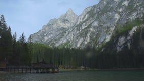 Vista sbalorditiva della casa del lago e delle montagne delle dolomia, Tirolo del sud, lago Braies video d archivio