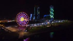 Vista sbalorditiva della ruota panoramica ed illuminazione alfabetica della torre alla notte archivi video