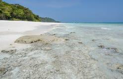 Vista sbalorditiva della spiaggia di sabbia bianca dell'isola di Tachai, Tailandia immagine stock