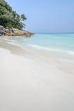 Vista sbalorditiva della spiaggia di sabbia bianca dell'isola di Tachai, Tailandia fotografia stock libera da diritti