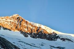 Vista sbalorditiva di Aletschhorn una montagna da 4193 m. nelle alpi di Bernese in Svizzera, Europa poco tempo dopo alba Fotografia Stock