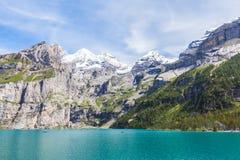 Vista sbalorditiva di Oeschinensee (lago Oeschinen) con Bluemlisalp Fotografia Stock