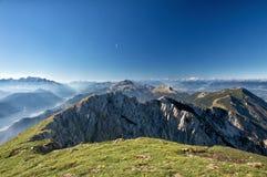 Vista sbalorditiva di panorama di una catena montuosa alpina splendida un giorno soleggiato di autunno Fotografie Stock Libere da Diritti