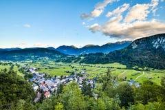 Vista sbalorditiva di sera delle montagne slovene dopo il tramonto e del villaggio di Srednja Vas v Bohinju vicino al parco nazio Fotografia Stock Libera da Diritti