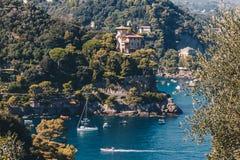 Vista sbalorditiva vicino a Portofino in Italia con alcune ville e barche - destinazione di viaggio in Italia immagini stock libere da diritti