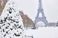Vista scenica alla torre Eiffel un giorno con forte nevicata Fotografia Stock