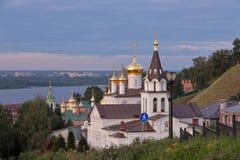 Vista scenica alle chiese sopra il fiume Volga fotografia stock libera da diritti