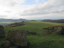 Vista scenica attraverso le colline verdi e le rocce al parco naturale di Habichtswald Hesse, Germania immagini stock libere da diritti