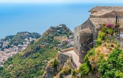 Vista scenica in Castelmola, un villaggio medievale antico situata sopra Taormina, sulla cima della montagna Mola La Sicilia, Ita immagine stock libera da diritti