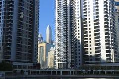 Vista scenica con i grattacieli delle torri dei laghi Jumeirah, orizzonte del Dubai, UAE immagine stock libera da diritti