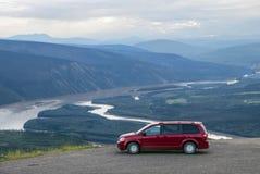 Vista scenica con l'automobile rossa Fotografia Stock