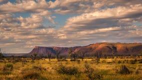 Vista scenica con le montagne fotografia stock libera da diritti