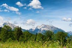 Vista scenica dei picchi di montagna innevati Fotografia Stock Libera da Diritti