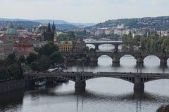 Vista scenica dei ponti sul fiume della Moldava e sul centro storico di Praga, delle costruzioni e dei punti di riferimento di ve Fotografie Stock