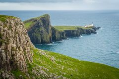 Vista scenica del faro e delle scogliere del punto di Neist nell'isola di Skye, Scozia Immagini Stock Libere da Diritti