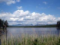 Vista scenica del lago con le montagne Fotografia Stock