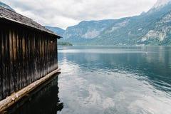 Vista scenica del lago e del cottage Hallstatt in alpi austriache Fotografie Stock