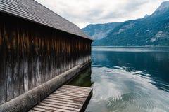 Vista scenica del lago e del cottage Hallstatt in alpi austriache Fotografia Stock