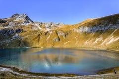 Vista scenica del lago Engeratsgundsee con le riflessioni della montagna più lorda di Daumen, cattivo Hindelang, Baviera, Germani fotografia stock