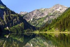 Vista scenica del lago Vilsalpsee e delle montagne contro il cielo, valle di Tannheimer, Tirolo, Austria immagini stock